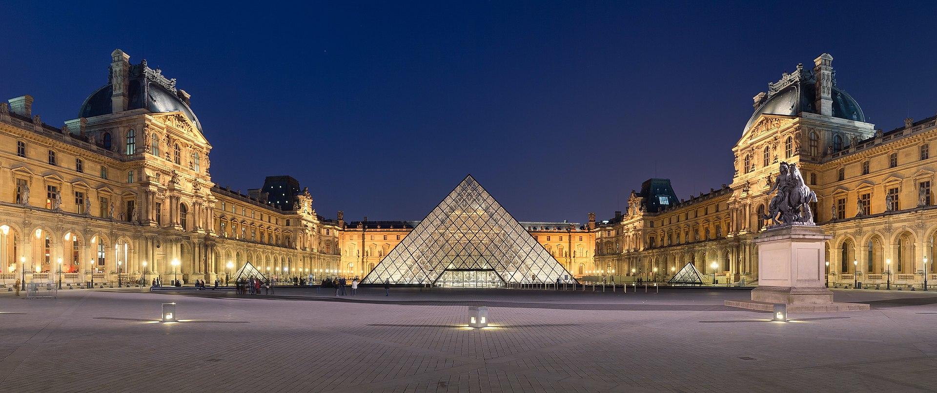 Musée du Louvre à Paris - cour Napoléon avec la pyramide de l'architect Pei au centre