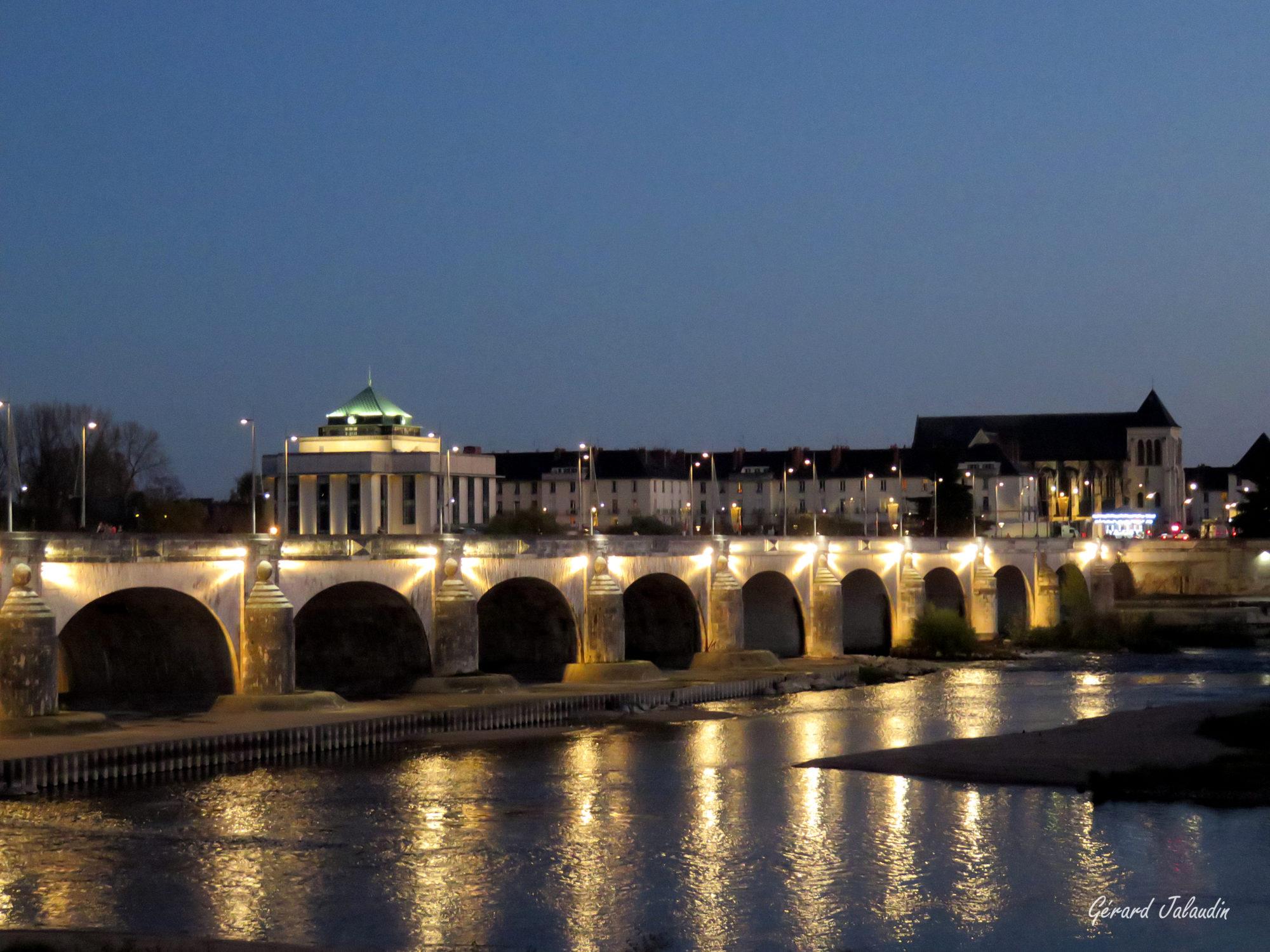 Perspective sur la ville de Tours et le Pont Wilson